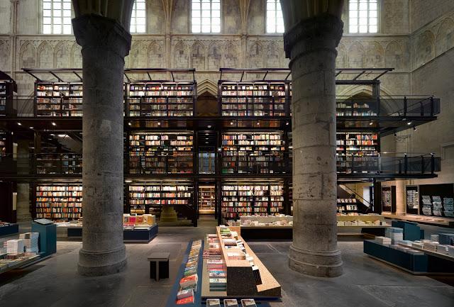Boekhandel Selexyz Dominicanen in Maastricht. Pre nekoliko godina holandske arhitekte Merkx i Girod pretvorili su ovu dominikansku crkvu u jednu jako zanjimljivu knjižaru.