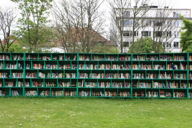 Bookyard je biblioteka na otvorenom koju je otvorio italijanski umetnik Masimo Bartolini kao deo svog projekta na jednom umetničkom festivalu u Belgiji. Ova biblioteka se nalazi u okviru vinograda i posetioci mogu da pozajme koju god knjigu žele uz malu donaciju koju bi trebalo da stave u kutiju koja je namenjena za to.