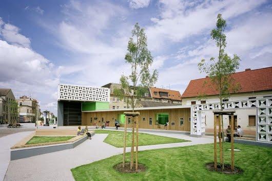 Šta možete da uradite sa komšijama osim da sedite i blejite uz pivo? Ortaci iz kraja jednog dela grada Magdeburga u Nemačkoj su odlučili da naprave javnu biblioteka od delova i ostataka polu-srušene kuće.
