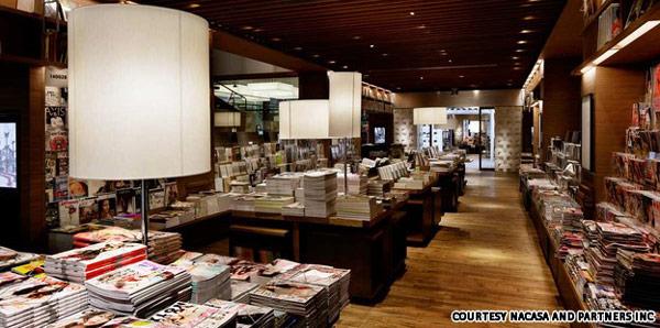 Daikanyama T-Site, Tokyo, Japan. U supermodernoj knjižari u Japanu klasika – knjige na sve strane!