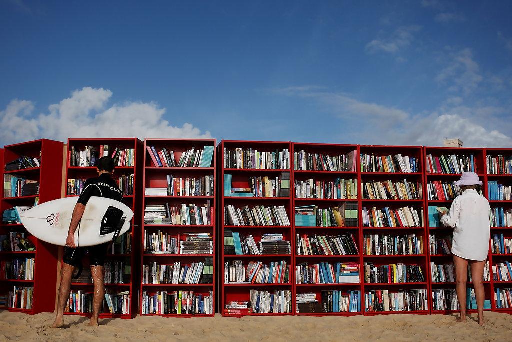 Kao deo proslave tridesetog rođendana svoje najpoznatije police popularnog Billya proizvođač nameštaja IKEA je na najpoznatijoj australijskoj plaži Bondi postavila ove police sa preko hiljadu knjiga na njima. Korisnici ove biblioteke su mogli da biraju da li će da prilikom uzimanja neke knjige daju neku svoju u zamenu ili će da daju dobrovoljni novčani prilog koji je išao u poseban literarni državni fond.