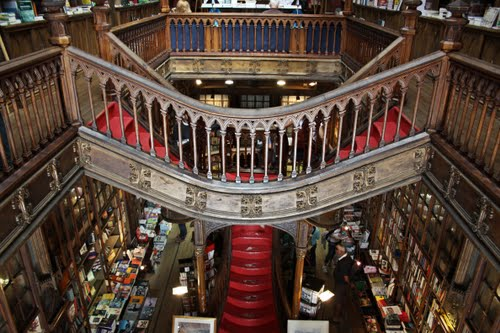 Livraria Lello, Porto, Portugal. Otvorena davne 1906. Godine ova knjižara u neo-gotik stilu predstavlja svojevrsne stepenice ka Raju.