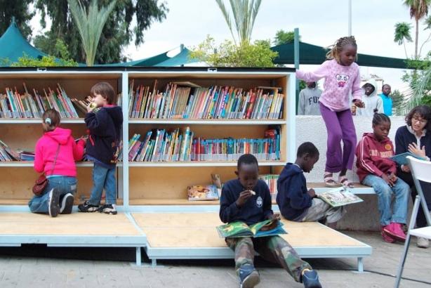 U oviru društveno-umetničkog projekta u parku Levinski u Telavivu otvorena je javna biblioteka. Kreatori ovog projekta smatraju da je pravo na knjige jedno od osnovnih ljudskih prava. Zato je ova čitaonica i postavljena u parku u kome se tokom vikenda okupljaju brojni emigranti, među kojima mnogi nemaju rešeni statusom boravka, zabrinuti za svoju budućnost. I to je razlog zašto ova biblioteka i nema zidove, čuvare, i što je važno ni izlaz ni ulaz... Čitaonica ima deo sa knjigama za odrasle i poseban deo sa niskim stalažama na kojima se nalaze knjige za decu.