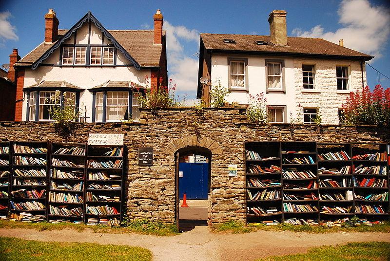 """Negde u sredini Velsa nalazi se gradić Hay-on-Wye. On je poznat kao nezvanična prestonica polovnih knjiga. U njemu se nalazi preko trideset antikvarnica u kojima možete da kupite stare knjige (mada, ako ih prvi put čitate, za vas su nove). Ovaj mali grad na englesko-velškoj granici poznat je i po svom književnom festivalu koji je bivši američki predsednik Bil Klinton nazvao """"Vudstokom uma"""". Sve je počelo davne 1961. godine kada je ekscentrični prodavac knjiga Ričard But otvorio prvu antikvarnicu. Festival svake godine poseti preko 80 000 turista, pa kako da ovo mesto nema makar nekoliko otvorenih čitaonica?"""