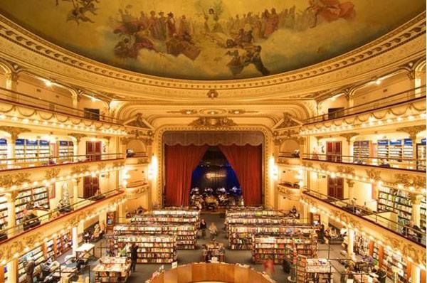 Librería El Ateneo Grand Splendid, Buenos Aires, Argentina. Pozorište pretvoreno u knjižaru privlači na hiljade turista svake godine.