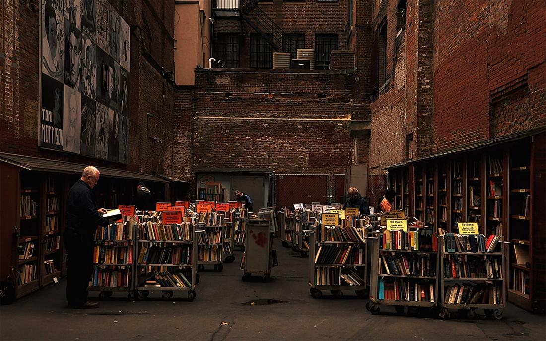 Predivna sekcija na otvorenom prodavnice knjiga u Bostonu.